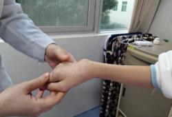 17岁少女患上风湿病,四肢关节变形无法走路 ! 医生:出现这些症状要警惕