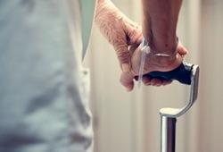 Radiology:脑组织铁含量在认知正常的老年人中有何特殊表现?
